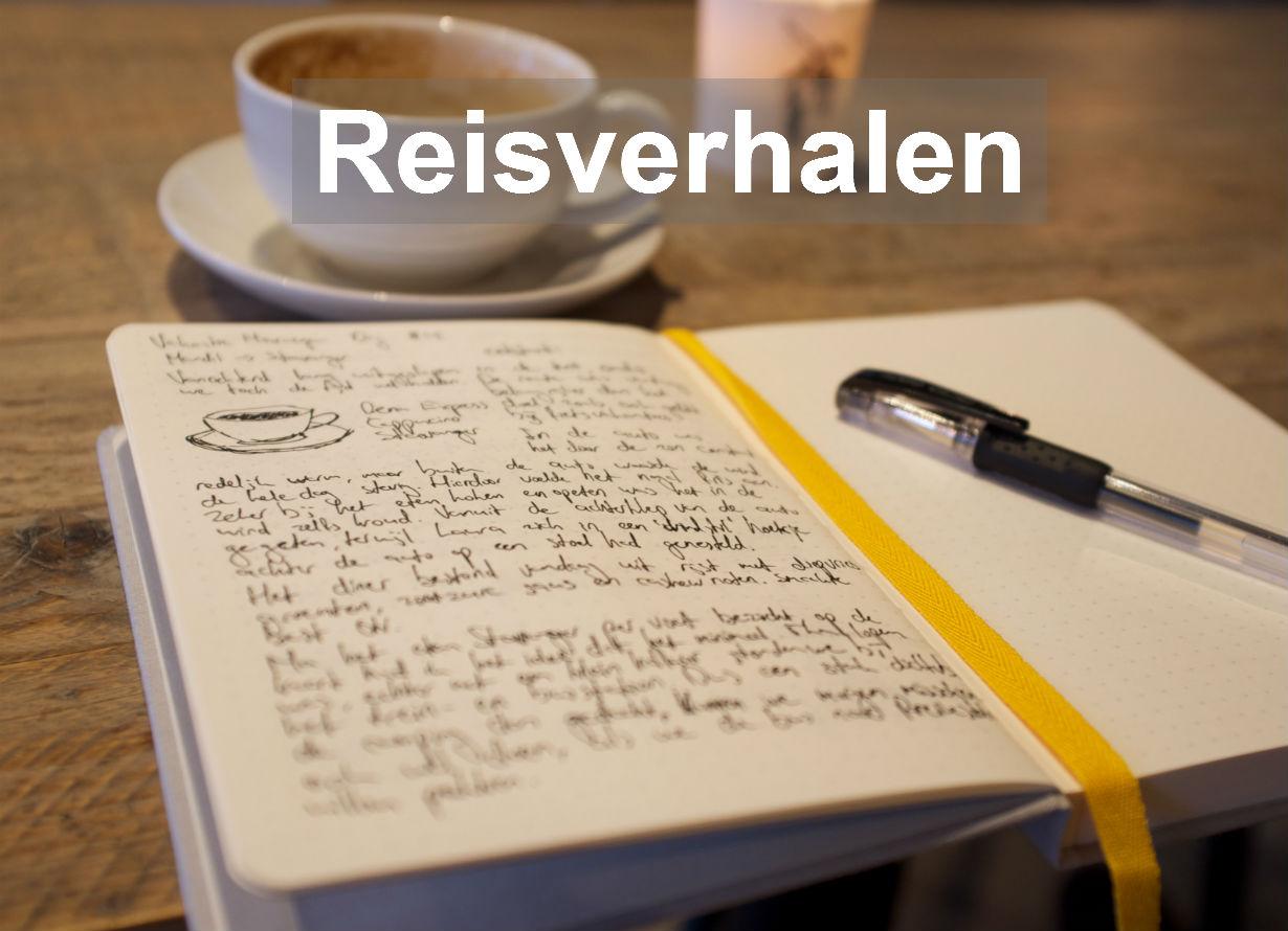 Afbeelding Reisverhalen. In een café met een kopje koffie reisverhalen schrijven in een notitieboek