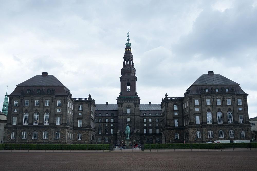 Aanzicht van Christiansborg Slot, ontvangstpaleis en parlementsgebouw, te Kopenhagen