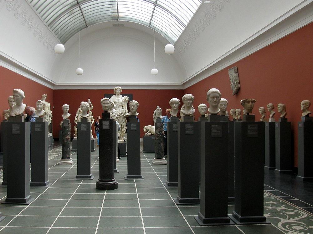 Een zaal met een collectie hoofden uit de Ny Carlsberg Glyptotek te Kopenhagen