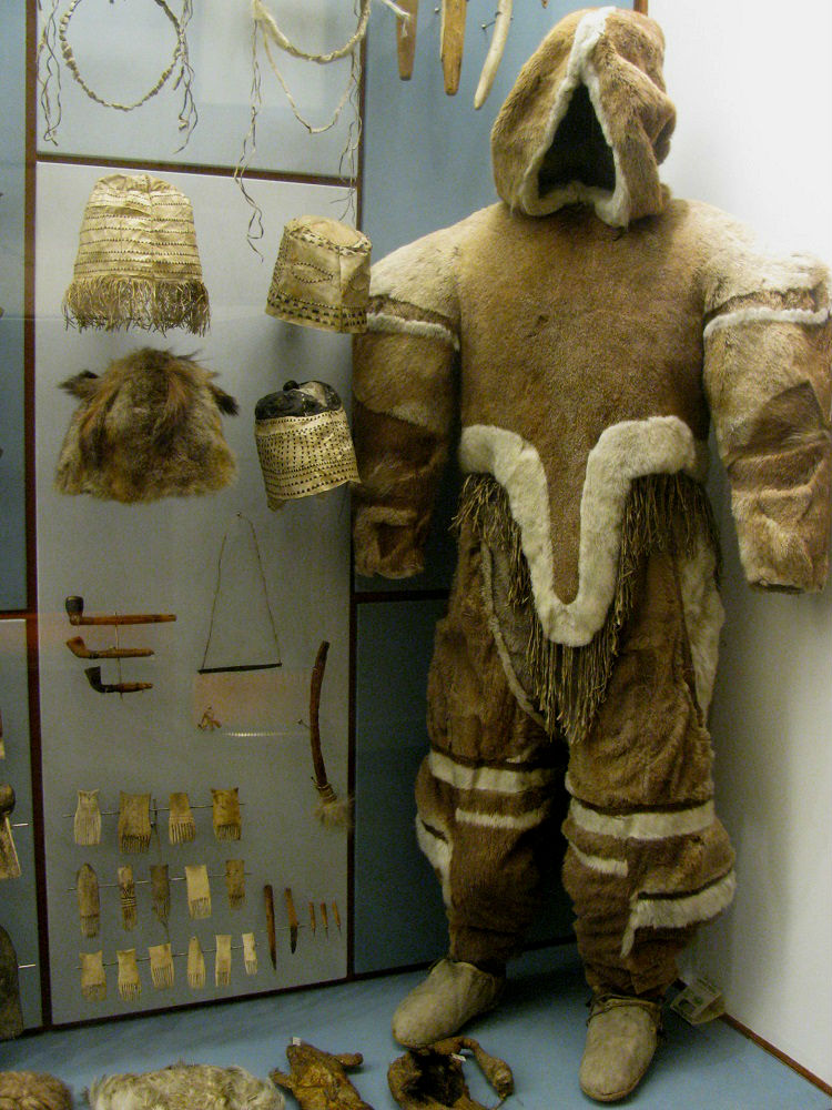 Tentoongestelde kleding uit de Groenland collectie in het National Museet te Kopenhagen