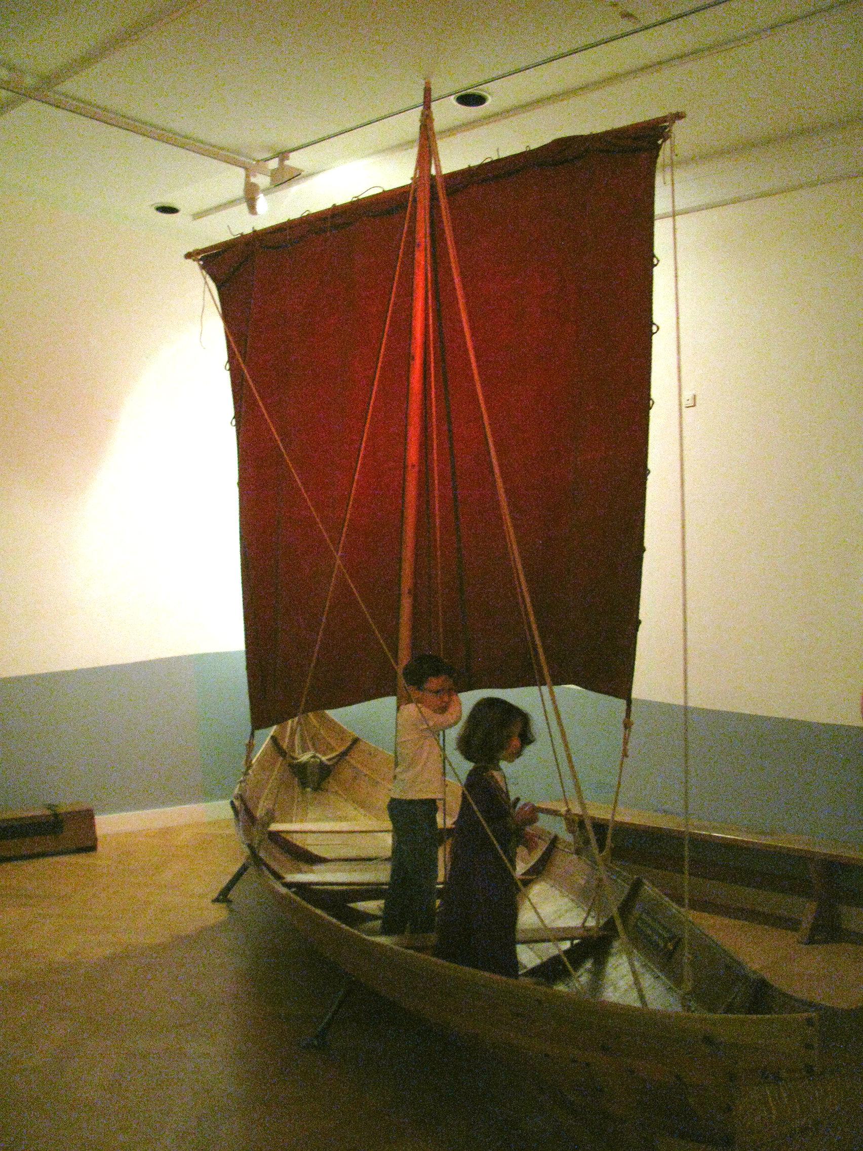 Kinderen spelen in een Vikingschip in het Kindermuseum van het National Museet te Kopenhagen