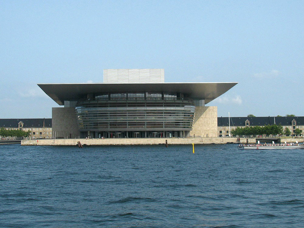 Het moderne Opera gebouw, gezien vanaf de overkant van het water, te Kopenhagen