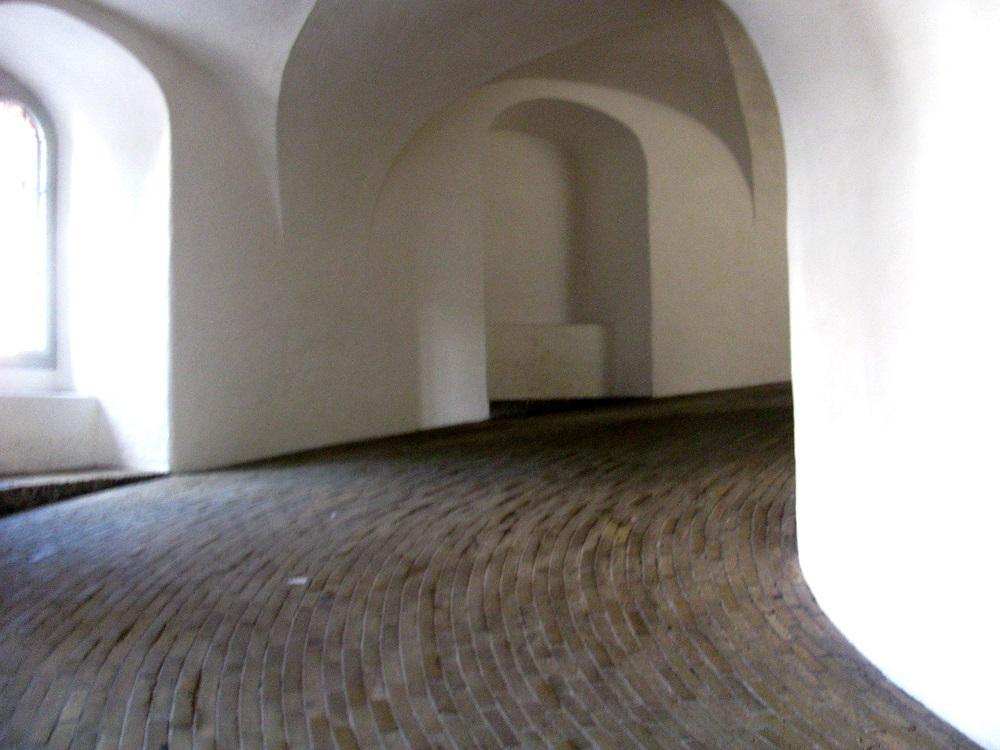 De wentelgang zonder trappen van de Ronde Toren te Kopenhagen