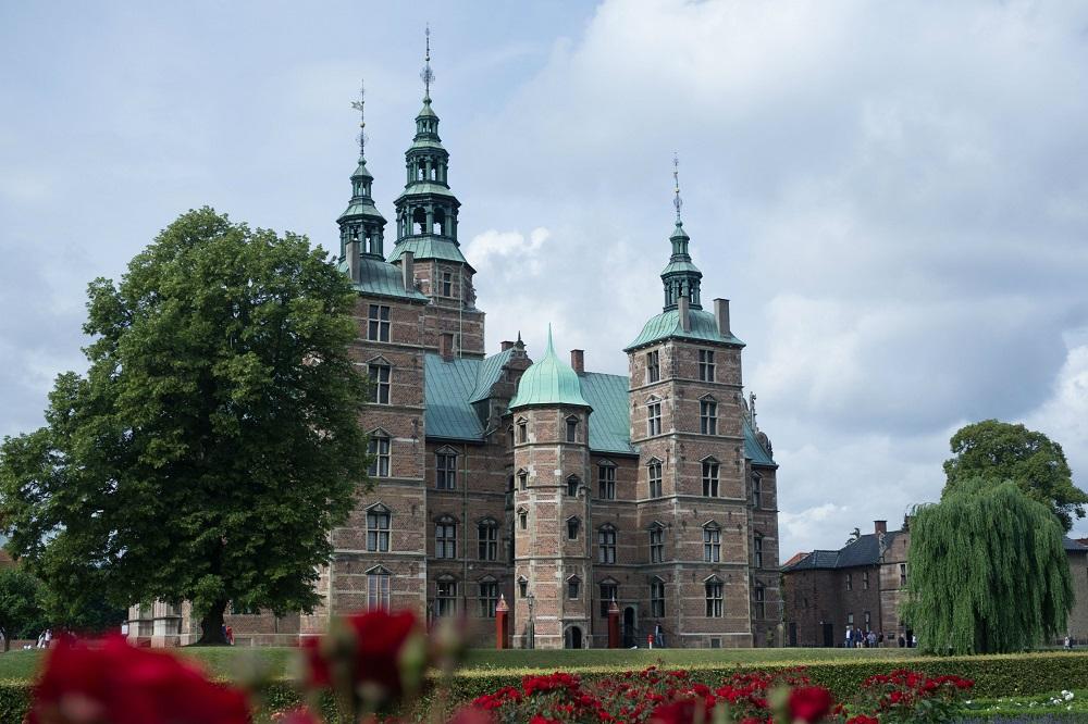 Rosenborg Slot te Kopenhagen wordt omgeven door een rozentuin
