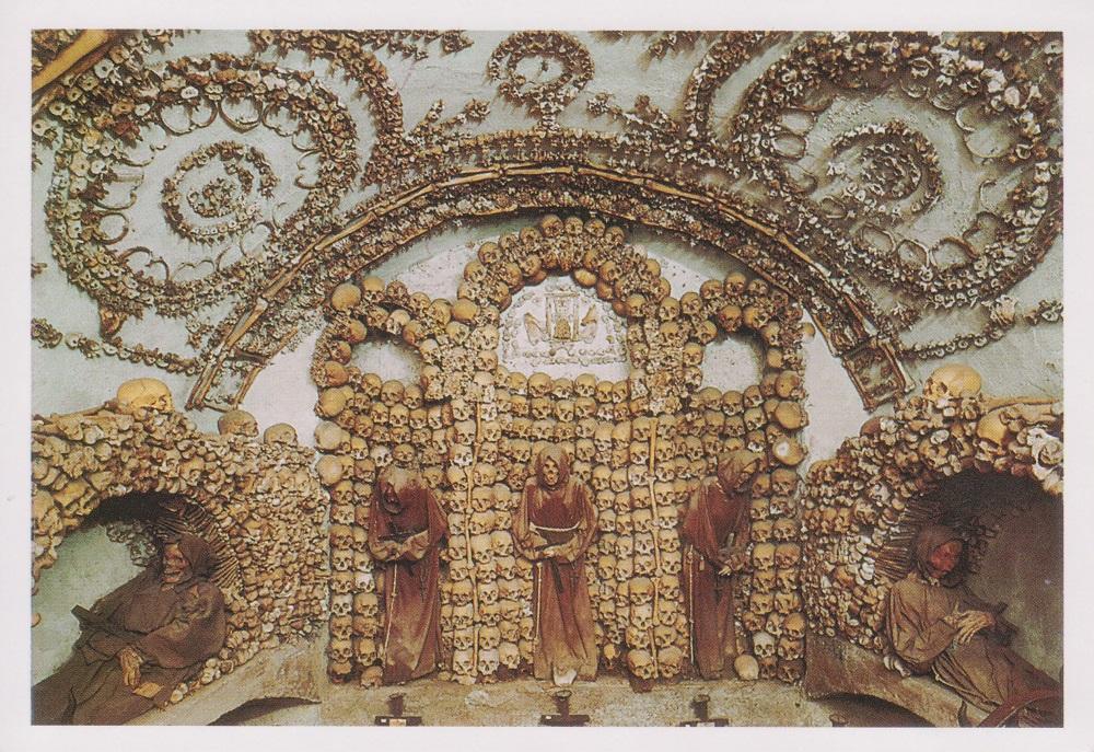 Een nis vol beenderen in de crypte van de Santa Maria della Concezione te Rome