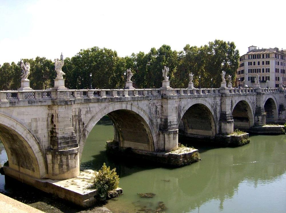 Zicht op de Engelenbrug over de Tiber te Rome waarvan de middelste drie bogen uit de Oudheid dateren