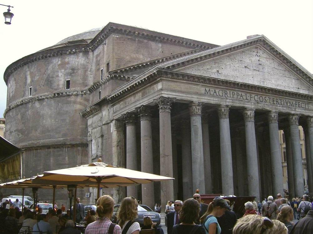 De voorgevel van het Pantheon te Rome met een zuilengalerij