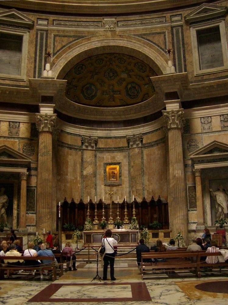 Het interieur van het Pantheon te Rome met een mozaïek-vloer en graftombes
