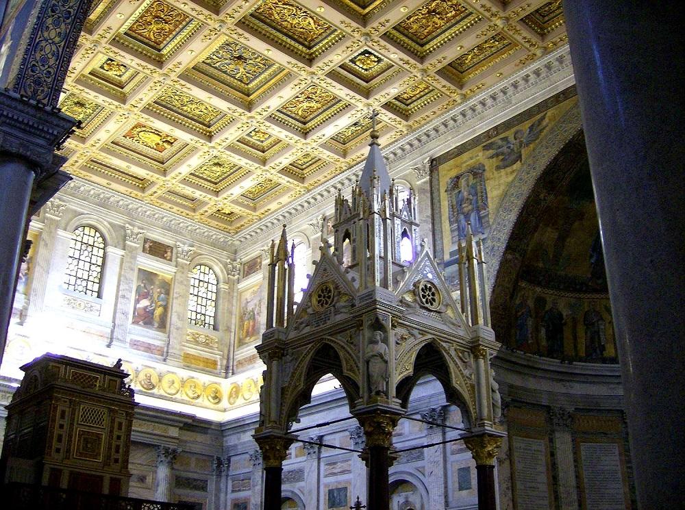 Het interieur van San Paolo fuori le Mura te Rome, met een casetteplafond, mozaïek en schilderingen