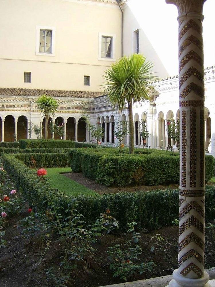 De kloostertuin van San-Paolo fuori le mura te Rome, met een mozaïek-ingelegde zuil