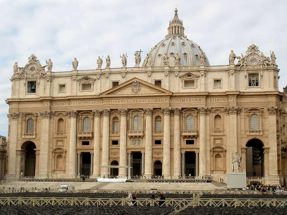 De voorgevel met bovenop beelden van de Sint-Pieterskerk te Rome