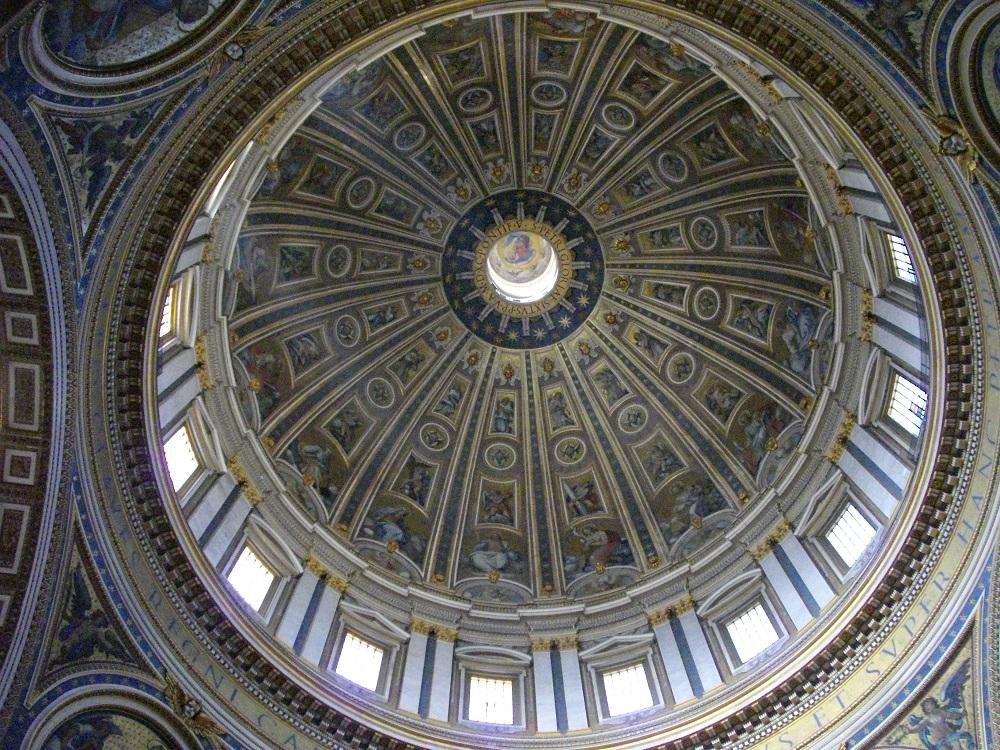 De kleurrijke binnenzijde van de koepel van de Sint-Pieterskerk te Rome