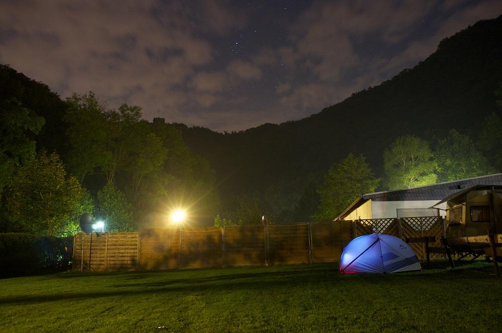 Onze tent omringd door bergen op camping Rheineck te Bad Breisig