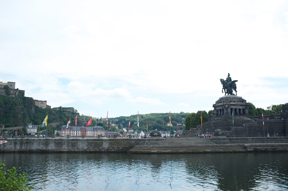 Het ruiterstandbeeld van Willem I op de Deutsches Eck, waar de Moezel in de Rijn stroomt, te Koblenz