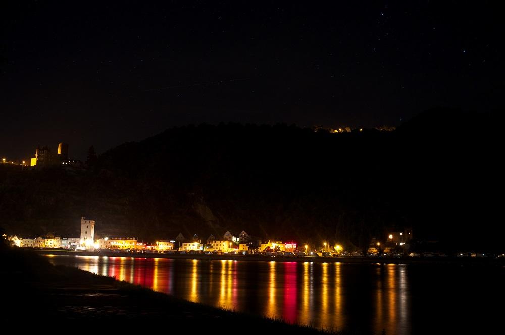 St. Goarhausen gezien bij nacht vanuit een bocht in de Rijn