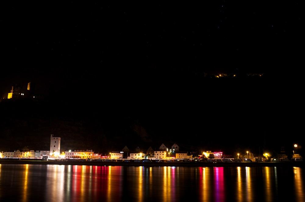 St. Goarhausen gezien bij nacht vanaf de overkant van de Rijn