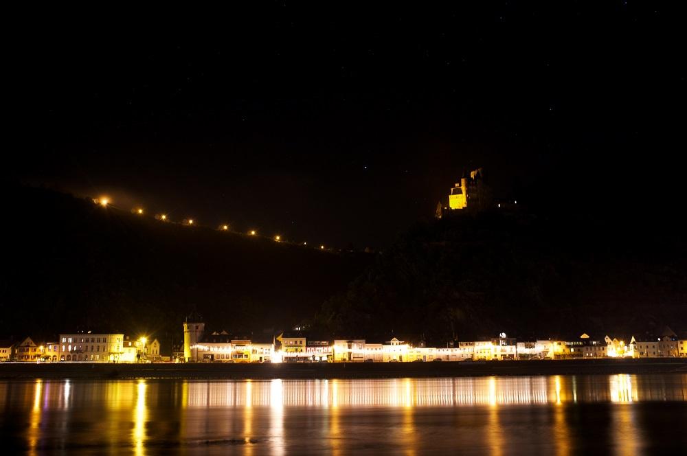 De verlichte Burg Katz boven St. Goarhausen, gezien vanaf de overkant van de Rijn