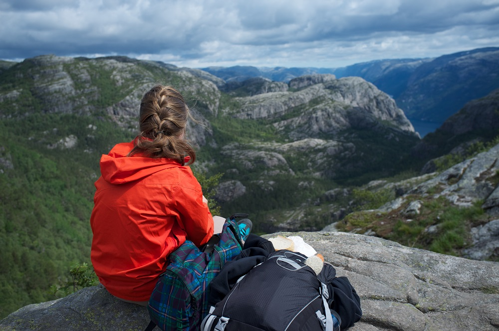 Laura met uitzicht op de Noorse bergen