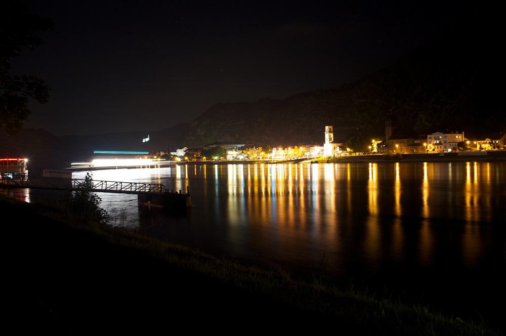 Een pontje dat de Rijn overvaart geeft een streep licht weer op een foto met lange sluitertijd