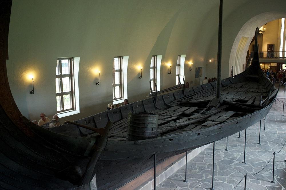 Een opgegraven schip in het Vikingschipmuseum te Oslo