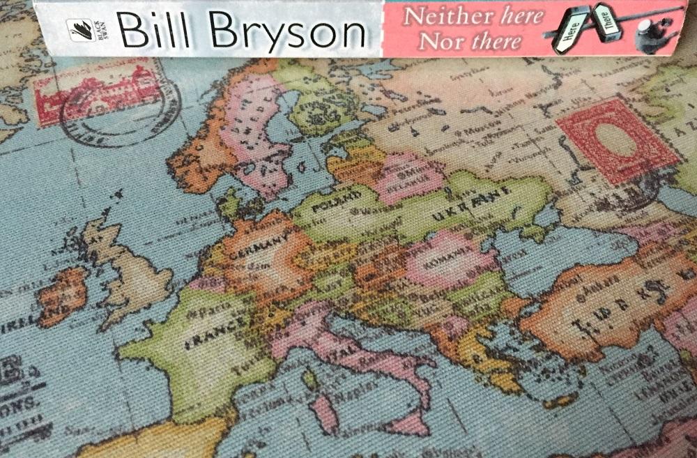 Het boek Neither here nor there van Bill Bryson op een kaart van Europa