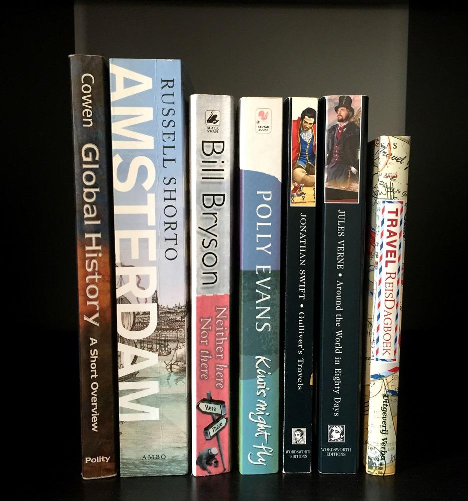 Boeken met betrekking tot reizen in de boekenkast
