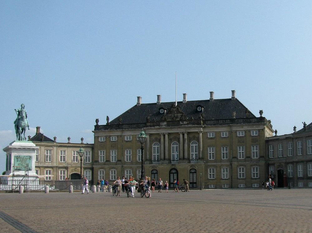 Eén van de vier paleizen van Amalienborg met het ruiterstandbeeld van Frederik V te Kopenhagen