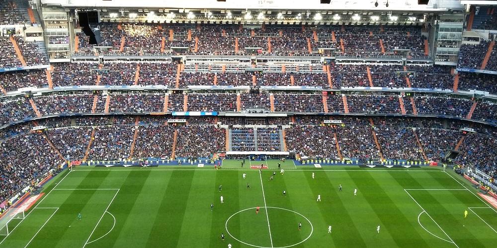 De grasmat van het voetbalstadion Santiago Bernabeu tijdens een wedstrijd Real Madrid - Malaga, te Madrid