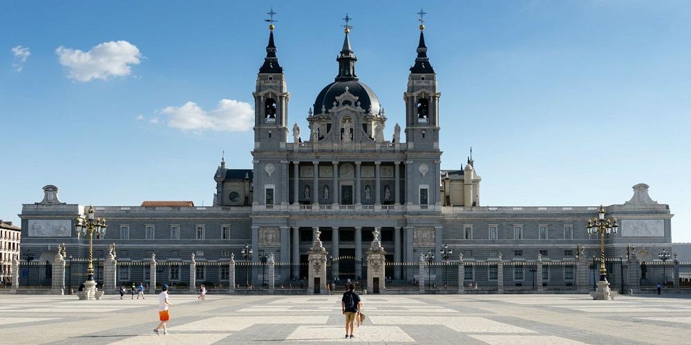 De facade van de Catedral de la Almudena, te Madrid