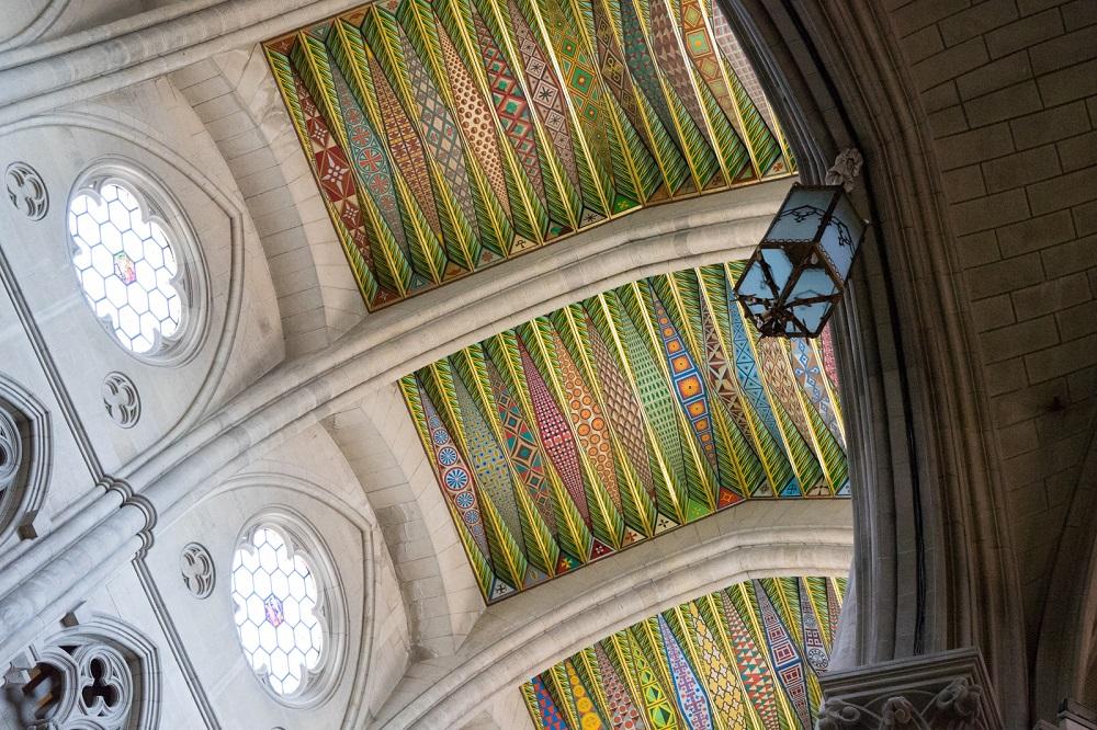 Het kleurrijke plafond van de Catedral de la Almudena, te Madrid