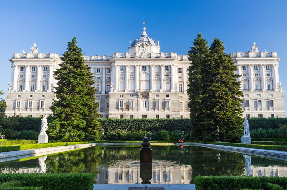 Vanuit de Sabatini tuinen uitzicht op een zijgevel van het Koninklijk Paleis (Palacio Real), te Madrid