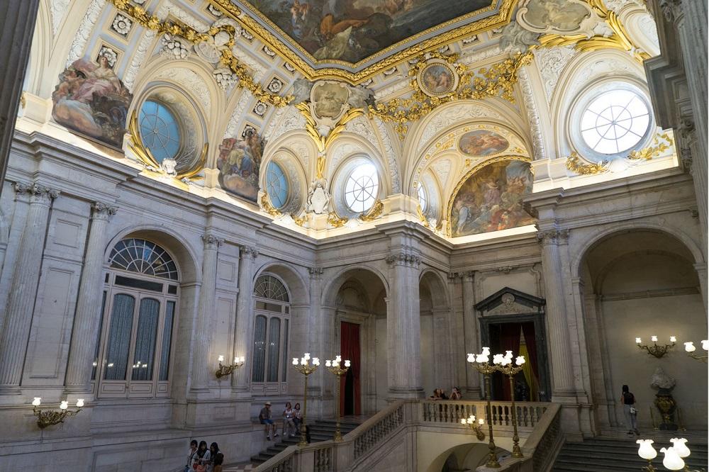 Het trappenhuis, ontworpen door Sabatini, in het Koninklijk Paleis (Palacio Real) te Madrid