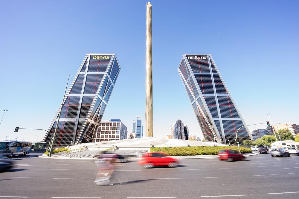 Het verkeer op Plaza de Castilla, met op de achtergrond de Puerta de Europa en de Cuatro Torres, te Madrid