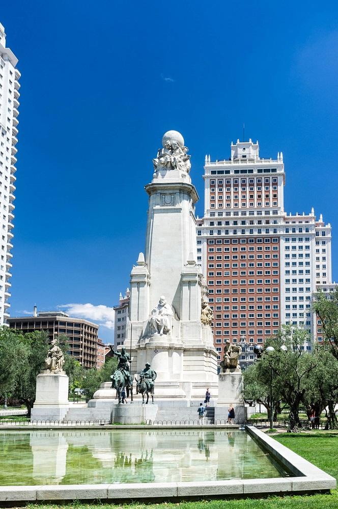 Het Plaza de España met het monument ter ere van Cervantes, het Edificio España en de Torre de Madrid, te Madrid