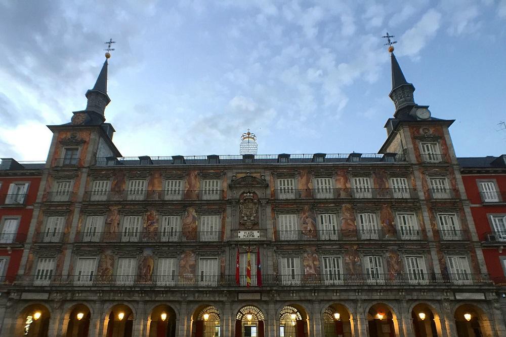Het beschilderde bakkershuis (casa de la panadería) op Plaza Mayor te Madrid