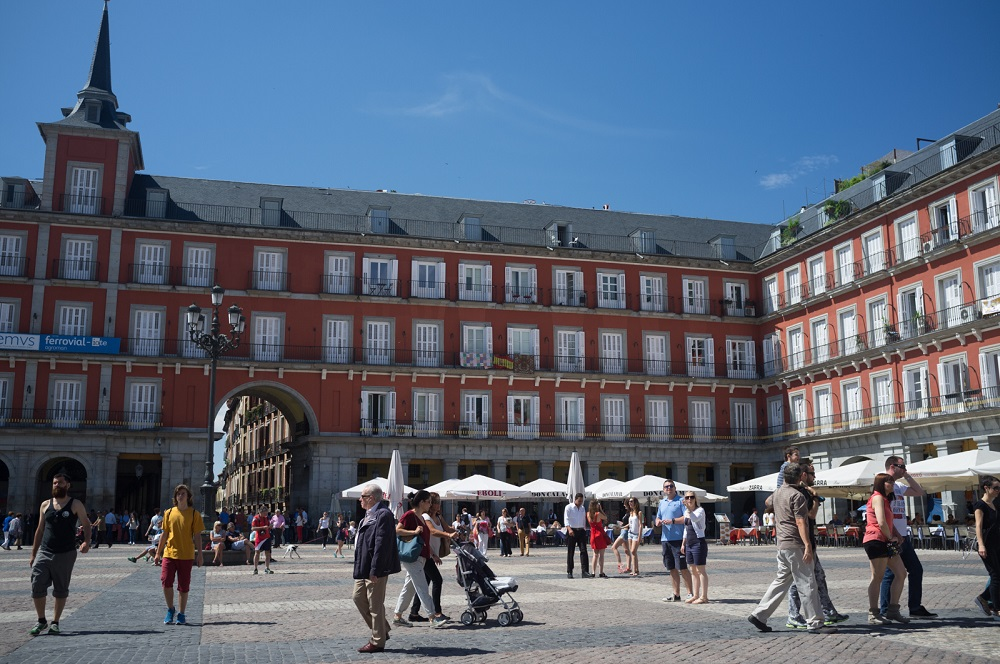 Toeristen op het Plaza Mayor te Madrid