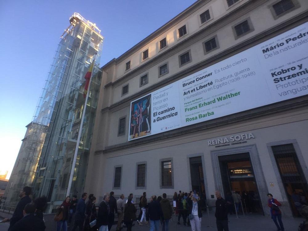 De facade en een glazen lift van het Reina Sofia museum, te Madrid