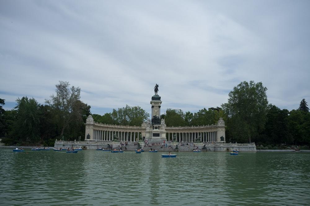 Het monument voor koning Alfonso XII, gezien over de Estanque in het Retiro park, te Madrid