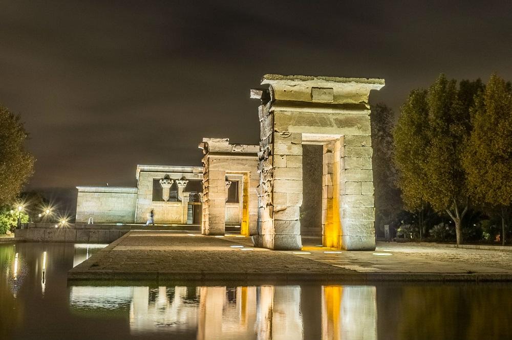 De Egyptische tempel uit Debod (Temple de Debod) bij nacht, te Madrid