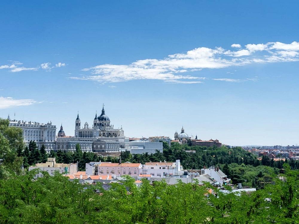 Uitzicht op Palacio Real en Catedral de la Almudena vanaf het park bij de Temple de Debod te Madrid