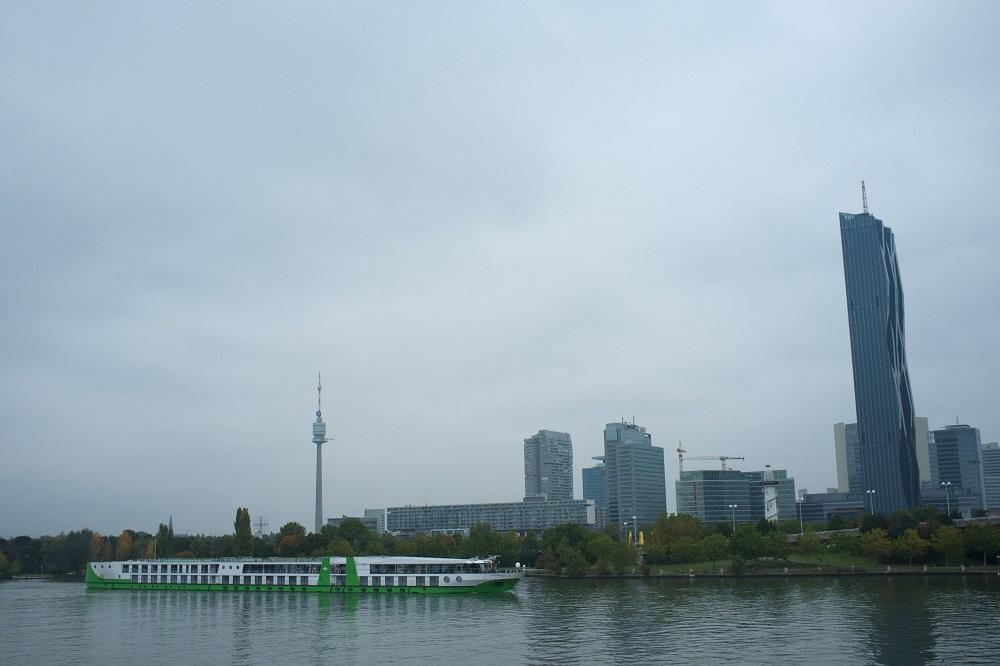 Een cruiseschip vaart voor het Donauinsel te Wenen