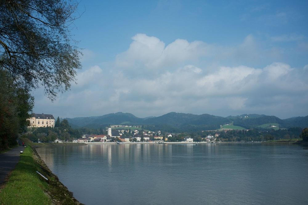 De stad Grein is gelegen in een bocht van de Donau in Oostenrijk