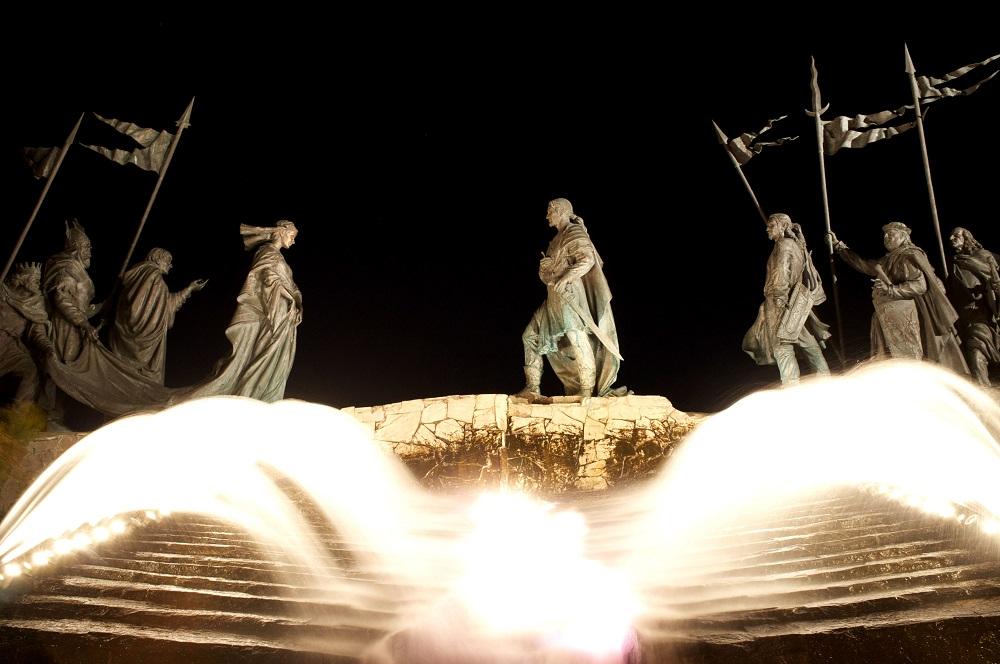 Het Nibelungendenkmal te Tulln beeldt een ontmoeting uit