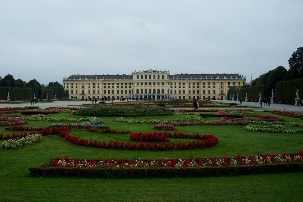 Schloss Schönbrunn gezien vanuit de achtertuin te Wenen