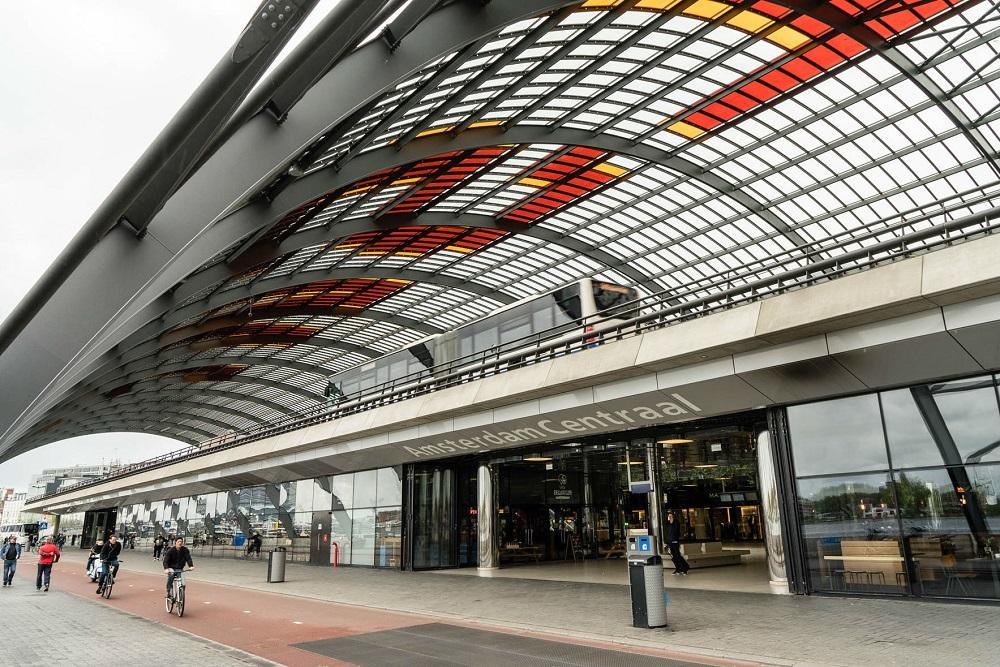De achterzijde van het Centraal Station te Amsterdam