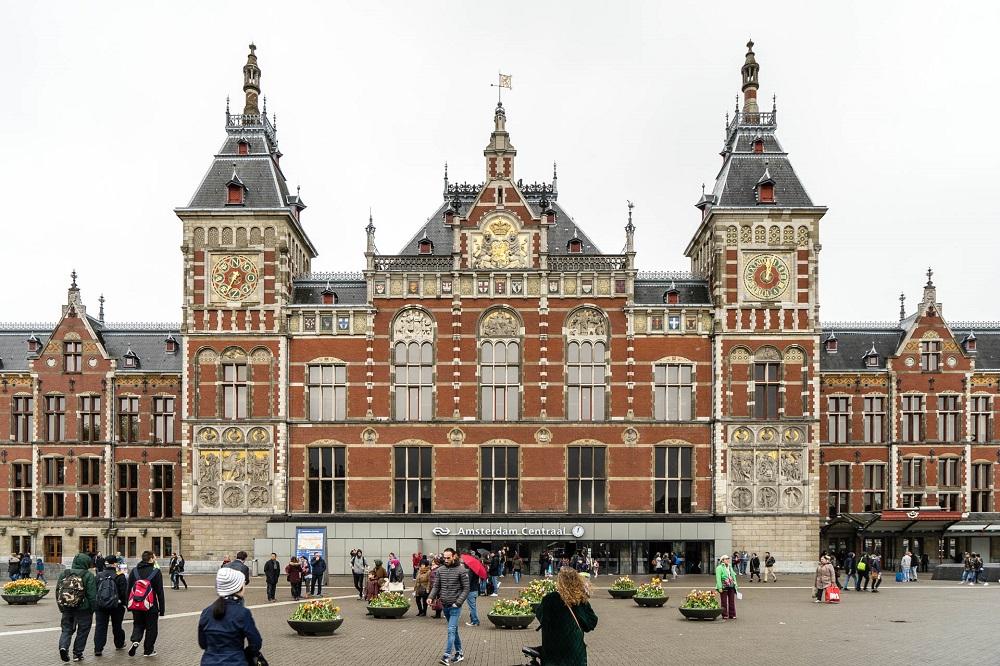 De voorgevel van het Centraal Station te Amsterdam