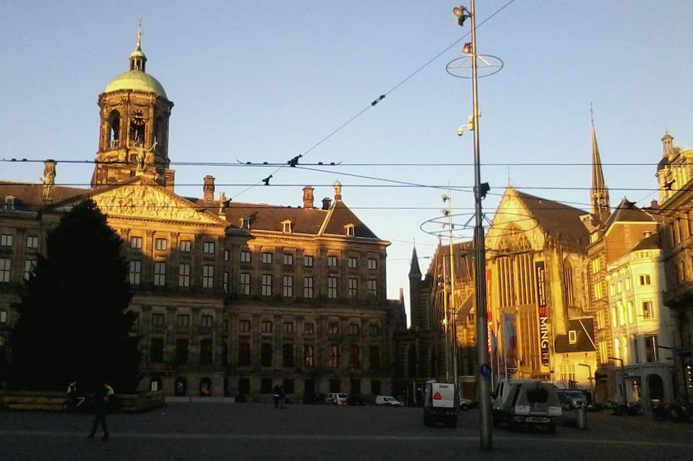Het koninklijk Paleis en de Nieuwe Kerk op de Dam te Amsterdam