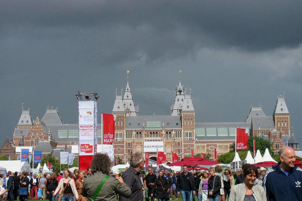 Het Rijksmuseum op het Museumplein te Amsterdam