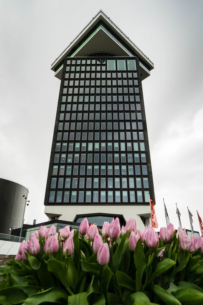 De A'DAM Toren met tulpen te Amsterdam
