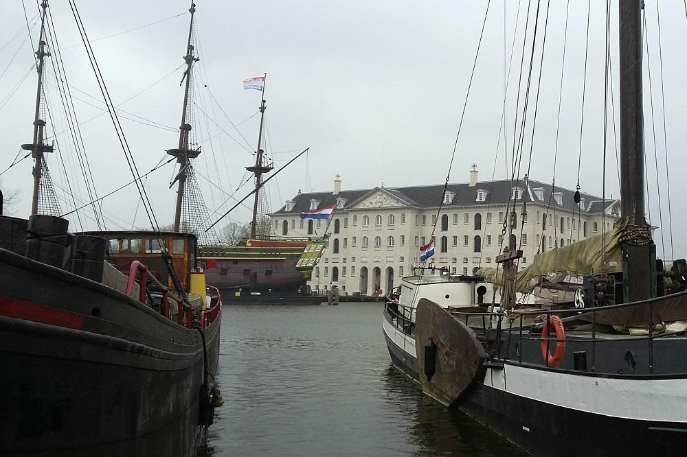 Het Scheepvaartmuseum en de replica van de Amsterdam met museumschepen te Amsterdam
